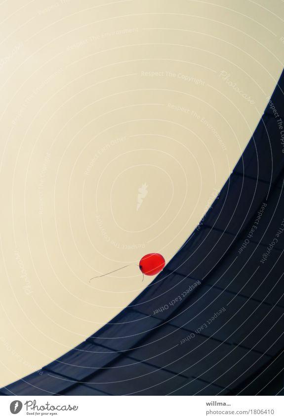 roter luftballon an diagonaler mauer Luftballon Leichtigkeit stagnierend minimalistisch fliegen Schwung Freiheit aufwärts ruhend Ruhepunkt Grafische Darstellung