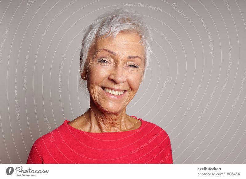 glückliche reife Frau in ihren Sechzigern Freude Weiblicher Senior Großmutter Lächeln Zufriedenheit schön Mensch Erwachsene 60 und älter grauhaarig weißhaarig