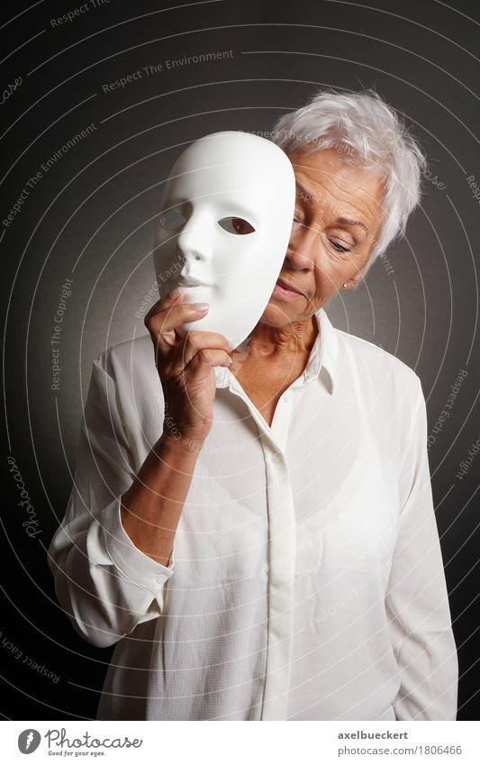 Reife Frau, die trauriges Gesicht hinter Maske revaling ist Mensch Erwachsene Weiblicher Senior 1 60 und älter Schauspieler Traurigkeit weiß Gefühle Identität