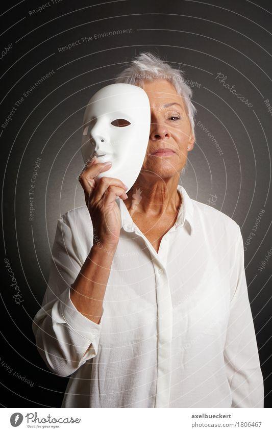 ernsthafte reife Frau enthüllt Gesicht hinter Maske Freizeit & Hobby Spielen Mensch Erwachsene Weiblicher Senior Großmutter 1 60 und älter Schauspieler