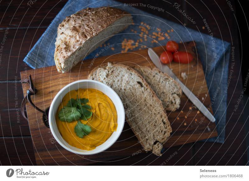 Rote Linsen und frisches Brot Lebensmittel Gemüse Tomate Linsenaufstrich rote Linsen Abendessen Bioprodukte Vegetarische Ernährung Diät Vesper Besteck Messer