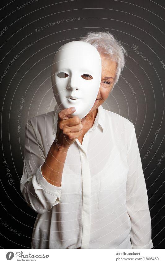 glückliche reife Frau, die von hinten Maske späht Freude Spielen Mensch Erwachsene Weiblicher Senior Großmutter 1 60 und älter Schauspieler Lächeln lachen