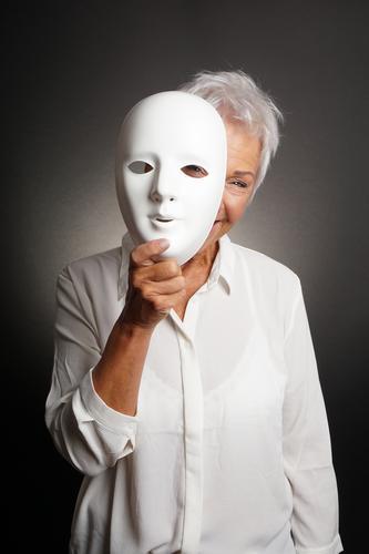 glückliche reife Frau, die von hinten Maske späht Mensch weiß Freude Erwachsene Senior lustig Spielen lachen Fröhlichkeit 60 und älter Lächeln einzigartig