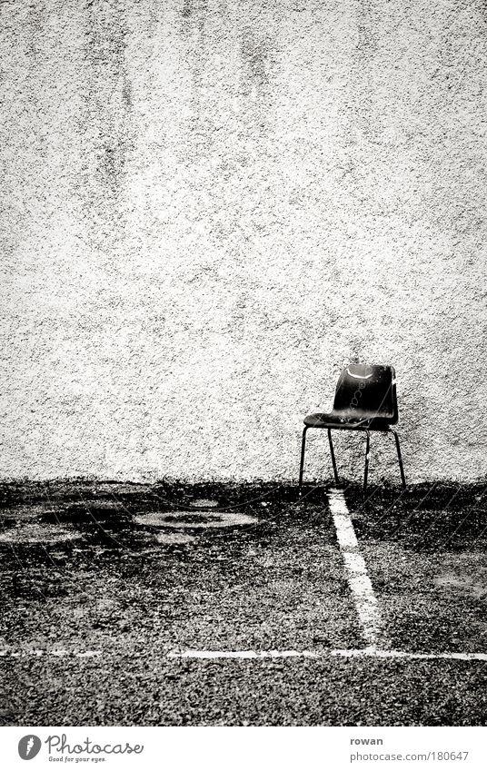 sitzplatz alt schwarz Einsamkeit dunkel Wand Schilder & Markierungen leer Platz trist Stuhl Schwarzweißfoto Asphalt Müll Bauwerk Parkplatz parken