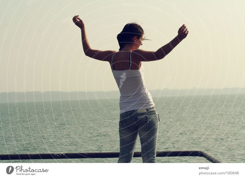 die Leichtigkeit des Seins Mensch Jugendliche Wasser Frau blau Ferne feminin Freiheit Glück See Körper Haut Erwachsene Arme elegant