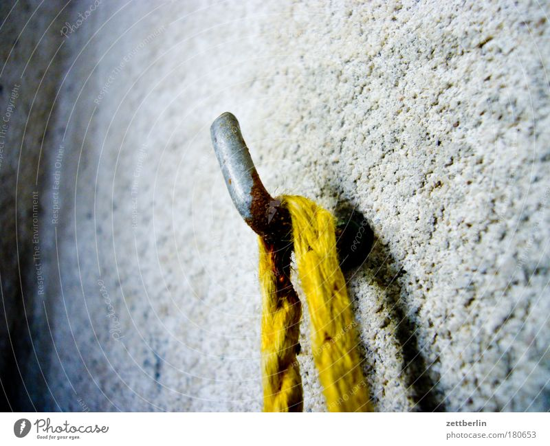 Haken mitten im Textfreiraum Wand grau Metall Wohnung Beton Seil Ordnung Metallwaren Häusliches Leben Schnur Balkon Rost hängen Putz Eisen aufhängen