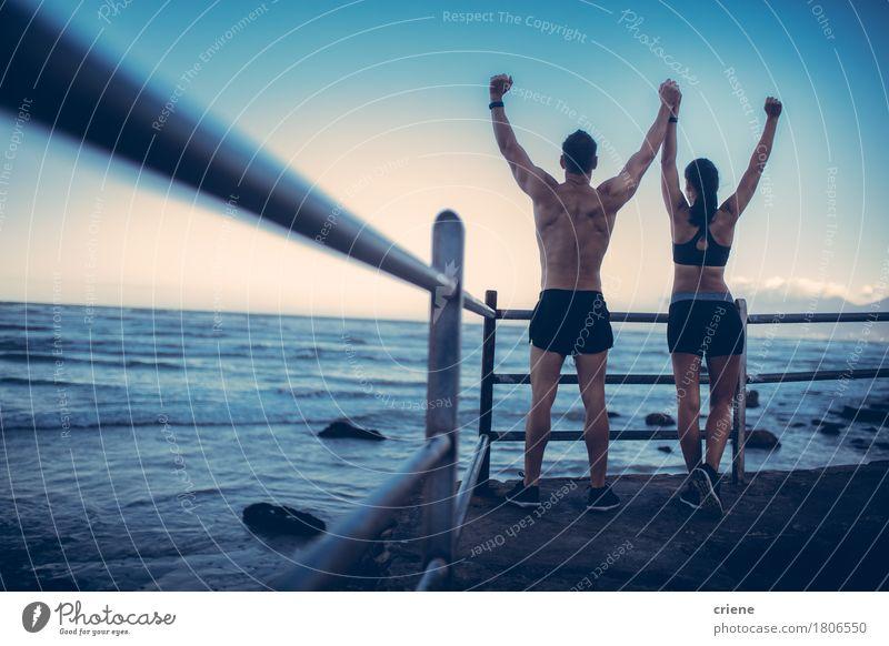 Eignungs-Paare, die Haltung nach dem Lauf am Strand erobern Mensch Jugendliche Meer 18-30 Jahre Erwachsene Lifestyle Sport Glück Zusammensein Fitness rennen