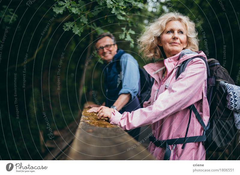 Ältere Paare, die Wanderung im Wald genießen Frau Natur Mann Erholung Freude Senior Lifestyle Sport Freizeit & Hobby wandern Lächeln Abenteuer Weiblicher Senior