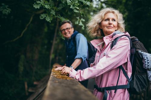 Ältere Paare, die Wanderung im Wald genießen Lifestyle Freude Erholung Freizeit & Hobby Abenteuer wandern Sport Ruhestand Weiblicher Senior Frau Natur Lächeln