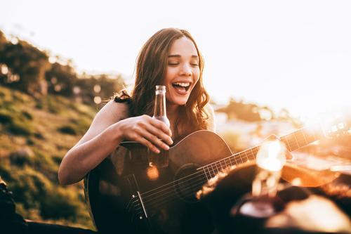 Mensch Jugendliche Sommer Junge Frau Freude Mädchen 18-30 Jahre Erwachsene Lifestyle lachen Glück Freiheit Musik Fröhlichkeit Lächeln Getränk