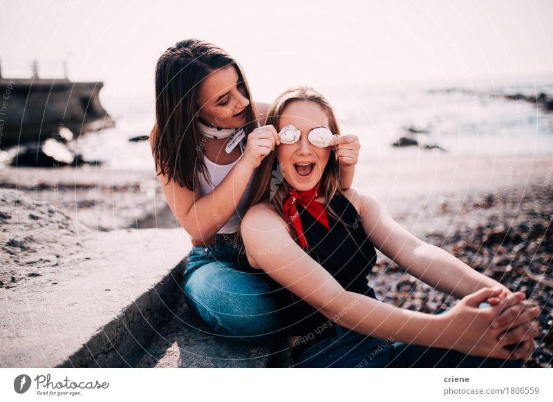 Jugendlichmädchen, die den Spaß zieht Gesichter am Strand haben Lifestyle Freude Glück Sommer Meer Mensch Mädchen Frau Erwachsene Schwester Freundschaft Paar