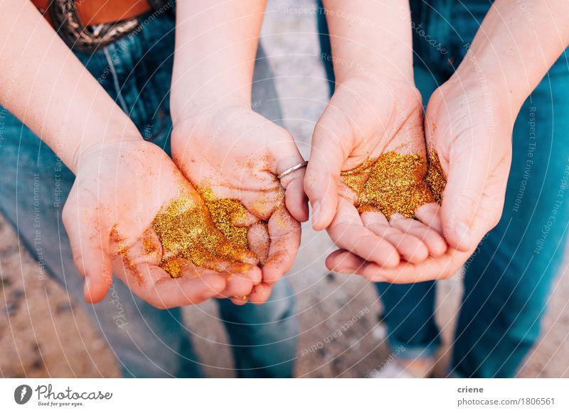 Abschluss oben der Hände mit goldenem Funkeln schön Mensch Mädchen Jugendliche Hand Finger 2 Kitsch Krimskrams Gold elegant Glitter funkeln glänzend magisch