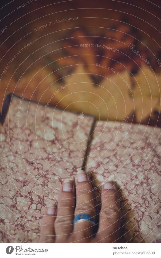 altes buch II Buch Bucheinband Buchseite lesen Printmedien Herbst gemütlich Hand Finger Batik Papier Büttenpapier retro dunkel Traurigkeit altmodisch Literatur