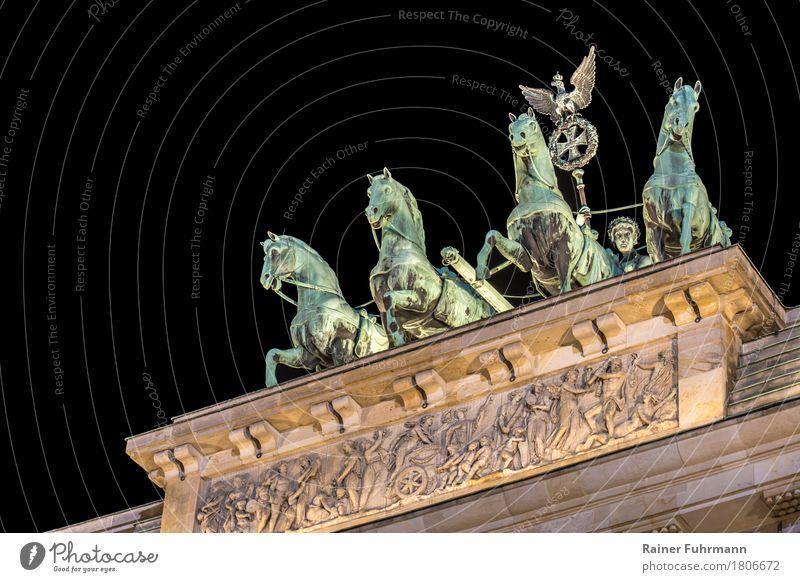 die Quadriga auf dem Brandenburger Tor in Berlin Deutschland Stadt Hauptstadt Stadtzentrum Menschenleer Bauwerk Gebäude Architektur Sehenswürdigkeit Wahrzeichen