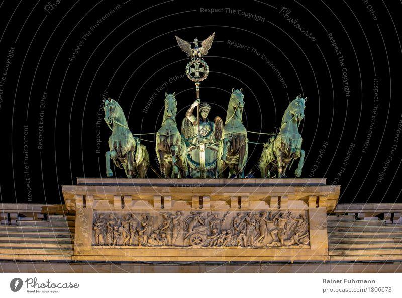 """die Quadriga auf dem Brandenburger Tor in Berlin Kunst Kunstwerk Skulptur Architektur """"Bronze Tor"""" Stadt Hauptstadt Bauwerk Krieg Macht """"Freiheit Symbol Pferde"""""""