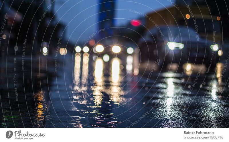 """regennasse Strassen in einer großen Stadt Berufsverkehr Straßenverkehr Autofahren Fahrzeug PKW """"Spiegelung Regen Nässe Lichter Scheinwerfer Kreuzung eilig"""""""