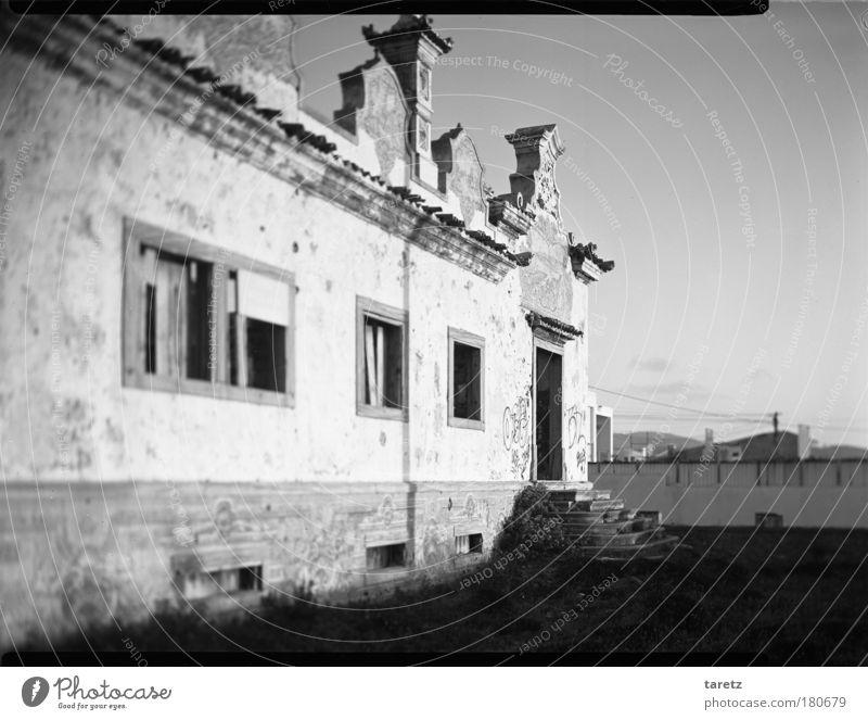 Vergangener Glanz Häusliches Leben Haus Portugal Dorf Menschenleer Einfamilienhaus Ruine Mauer Wand Treppe Fassade Tür alt Armut außergewöhnlich bedrohlich