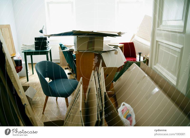 Aller Anfang ist schwer Leben Arbeit & Erwerbstätigkeit träumen Paar Raum planen Wohnung Beginn Perspektive Ordnung Zukunft Stuhl Wandel & Veränderung Häusliches Leben Wunsch Innenarchitektur