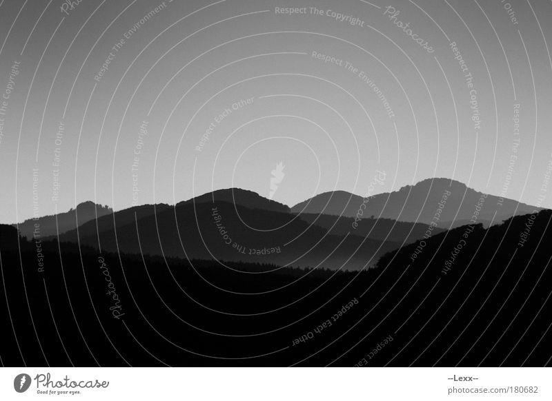 Finsterberge Schwarzweißfoto Außenaufnahme Menschenleer Landschaft Nebel Berge u. Gebirge Gipfel ästhetisch bedrohlich dunkel Ferne kalt trist schwarz