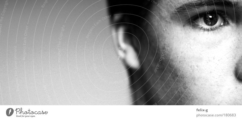 ideenlos Schwarzweißfoto Innenaufnahme Nahaufnahme Textfreiraum links Hintergrund neutral Tag Schwache Tiefenschärfe Porträt Blick nach vorn Mensch maskulin