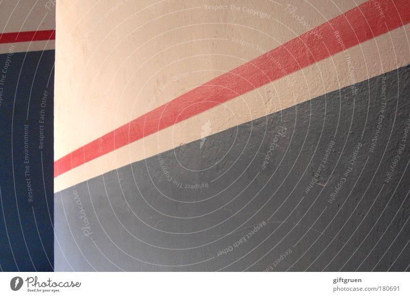 richtungswechsel weiß blau rot Haus Farbe Wand Mauer Gebäude ästhetisch Streifen Richtung aufwärts diagonal Geometrie abwärts Treppenhaus
