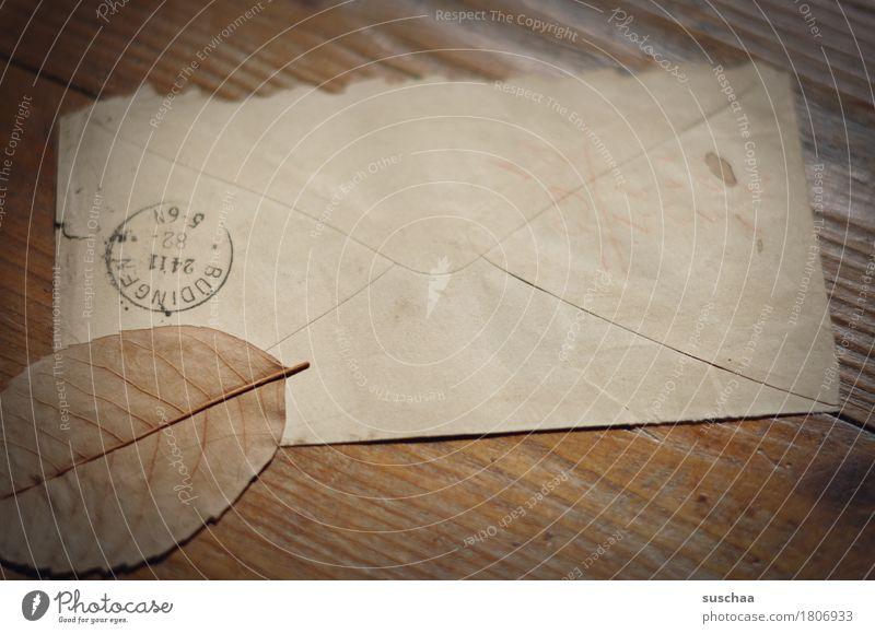 post alt Blatt Herbst retro Papier Vergänglichkeit lesen Information Erinnerung Brief Nostalgie Post Poststempel Erbe vergilbt Briefumschlag
