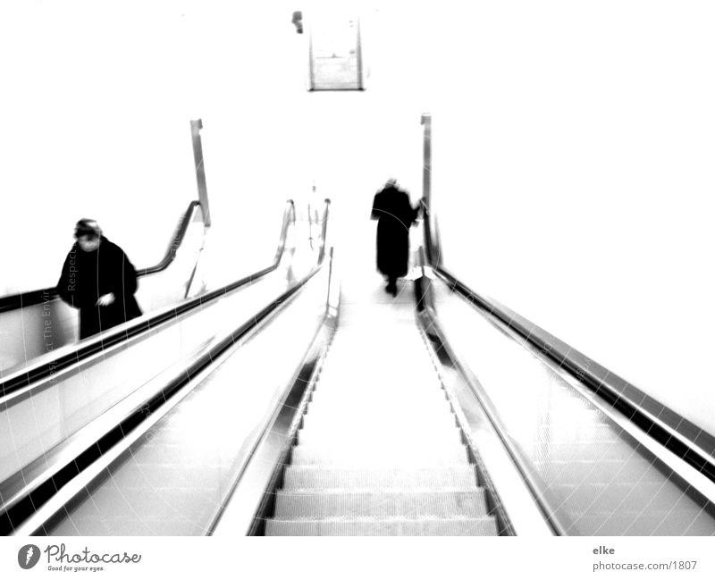 monotonie einer  rolltreppe Rolltreppe Stil Mensch Schwarzweißfoto
