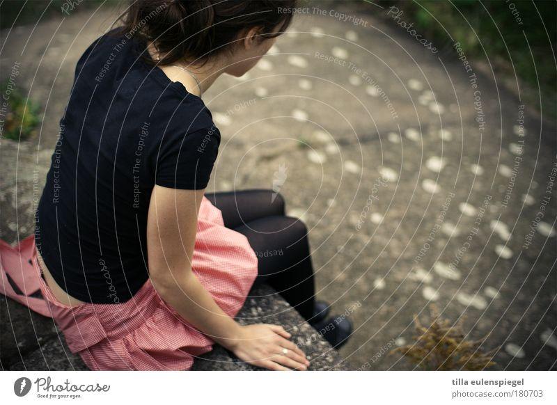 abgrund Frau Mensch Natur Jugendliche schön Sommer ruhig Einsamkeit Leben feminin Freiheit Erwachsene warten sitzen Beton T-Shirt