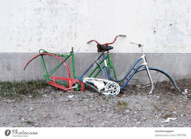 Wand Mauer 2 Fahrrad kaputt Müll gebrochen Schaden Schriftzeichen Vandalismus Trödel Zyklus