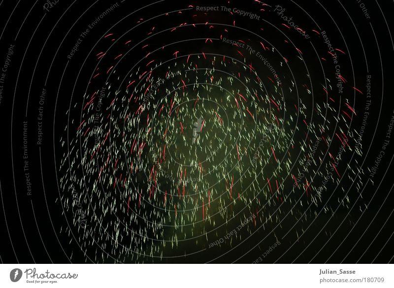 Funkenregen Nachthimmel Feuerwerk Explosion Funken explosiv explodieren Pyrotechnik
