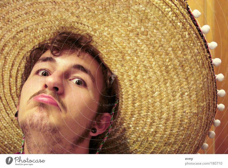 mexican stand off Farbfoto Innenaufnahme Textfreiraum rechts Textfreiraum Mitte Kunstlicht Blick Blick in die Kamera Stil Gesicht maskulin Junger Mann