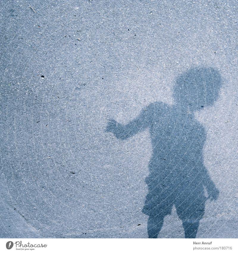 Samstags kommt das...... Mensch blau Gefühle grau Bewegung Kindheit gefährlich stehen fest Skulptur Kunst Schüchternheit Mitgefühl verstört