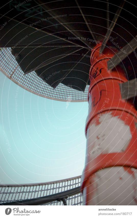 Himmelstreppe Himmel blau rot dunkel kalt grau Treppe Unendlichkeit Treppengeländer Gitter Wolkenloser Himmel Wasserwirbel Verwirbelung gedreht Wendeltreppe