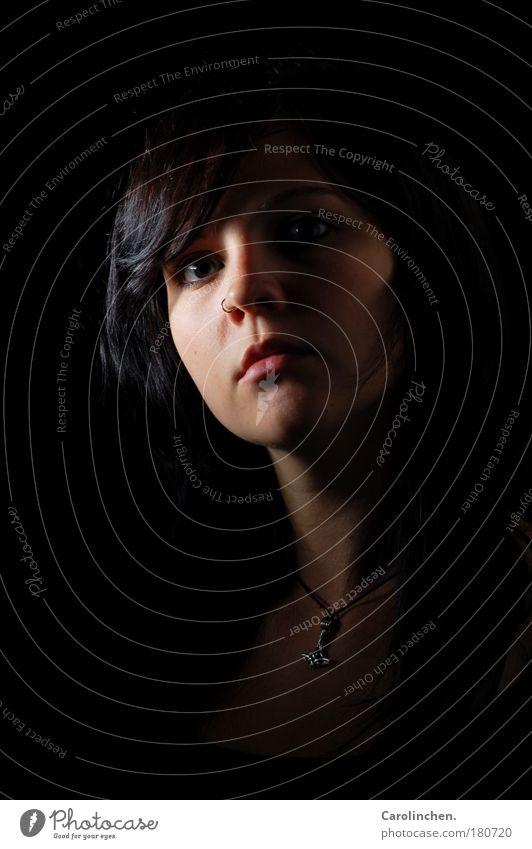 Irre? Mensch Jugendliche Gesicht schwarz Auge dunkel feminin Kopf Angst Erwachsene einfach Frau Wut Schmuck Piercing schwarzhaarig