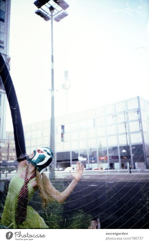 unterm schlauch stehen. Jugendliche weiß Sommer gelb feminin Berlin Mode blond Tanzen Freizeit & Hobby elegant Platz verrückt Frau Junge Frau Feste & Feiern