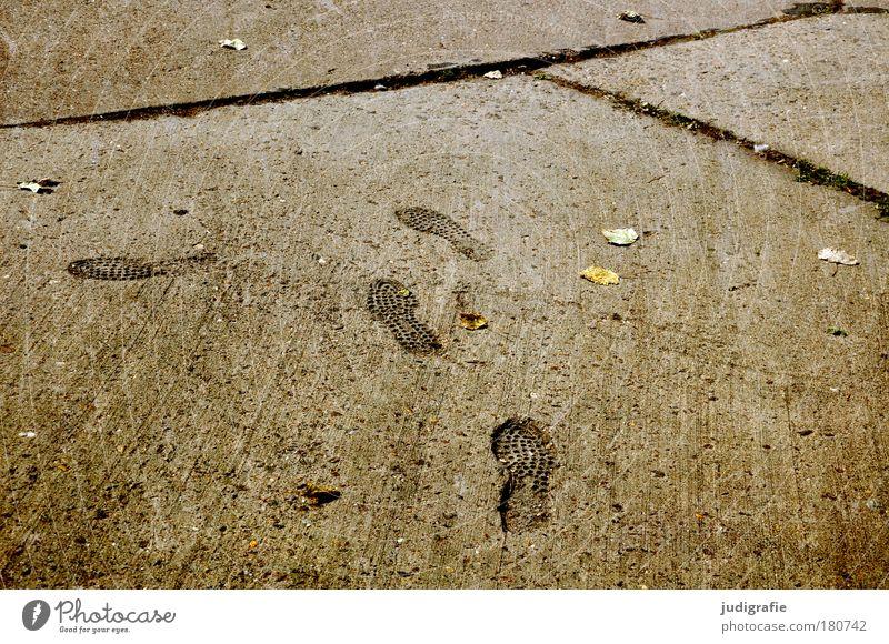 Richtungswechsel Farbfoto Gedeckte Farben Außenaufnahme Muster Strukturen & Formen Fußgänger Wege & Pfade Beton gehen dunkel Fußweg Wandel & Veränderung Spuren