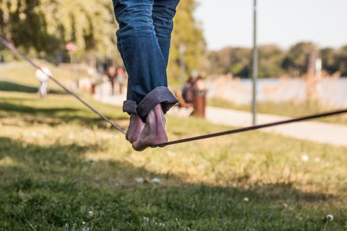 Slacken Mensch Jugendliche Stadt Baum Freude 18-30 Jahre Erwachsene Bewegung Sport Beine Fuß maskulin Park Schönes Wetter sportlich trendy