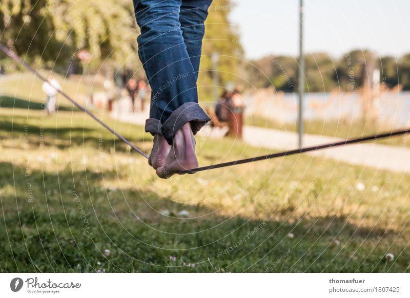 Slackline, Seil, Füße Gleichgewicht Slacklinen Seiltänzer maskulin Beine Fuß 1 Mensch 18-30 Jahre Jugendliche Erwachsene Schönes Wetter Baum Park Avignon Stadt