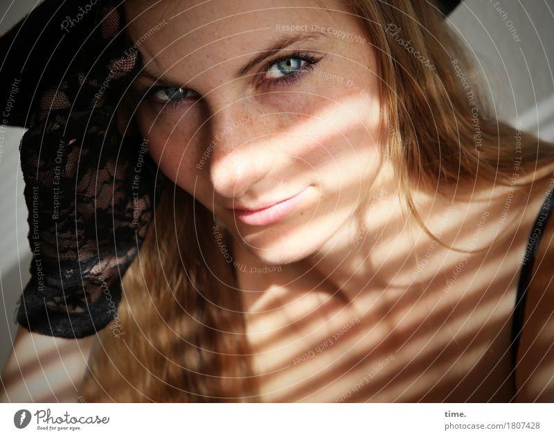 . Mensch schön ruhig Leben feminin Denken Linie blond warten beobachten Neugier Schutz Gelassenheit Konzentration Hut Wachsamkeit