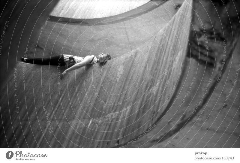 Melt. In. Schwarzweißfoto Außenaufnahme Strukturen & Formen Tag Licht Schatten Starke Tiefenschärfe Zentralperspektive Ganzkörperaufnahme Blick nach oben Mensch
