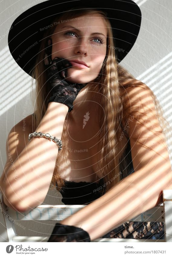 . Mensch schön feminin Zeit Denken Raum träumen blond sitzen warten beobachten Coolness Stuhl T-Shirt Gelassenheit Hut