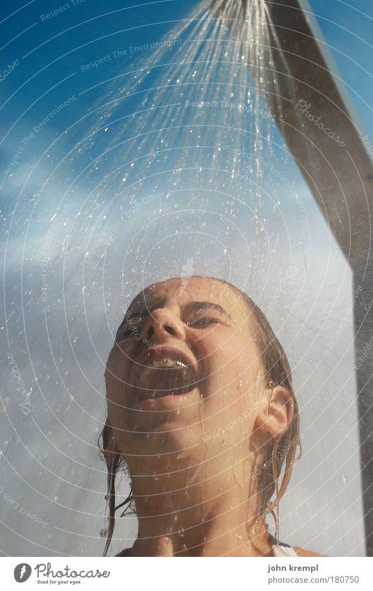kaltkaltkalt Farbfoto Textfreiraum oben Froschperspektive Ferien & Urlaub & Reisen Sommer Sommerurlaub Sonnenbad Schwimmbad Junge Frau Jugendliche Kopf 1 Mensch