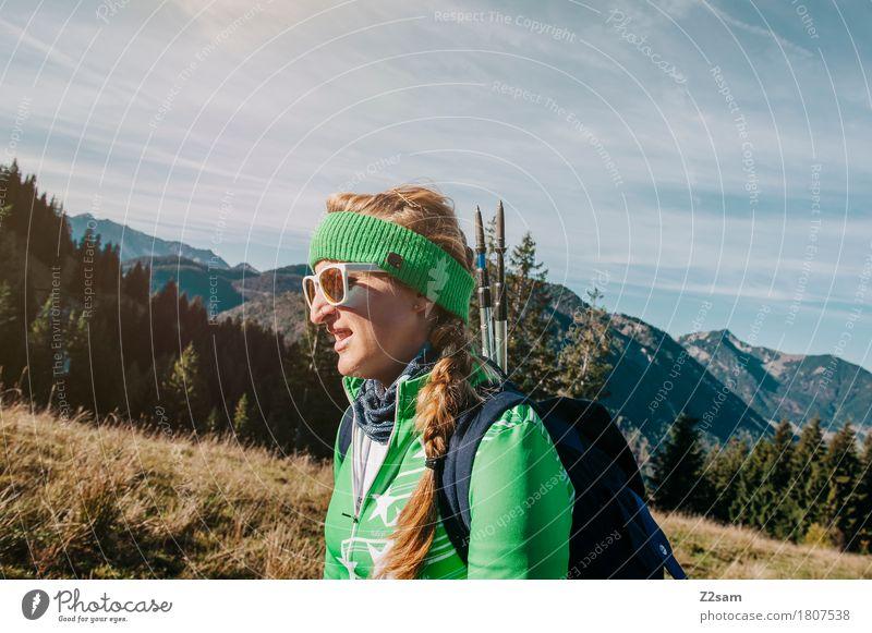 Der Berg ruft. Mensch Natur Jugendliche blau grün Junge Frau Landschaft Ferne 18-30 Jahre Berge u. Gebirge Erwachsene Umwelt Leben natürlich Bewegung feminin
