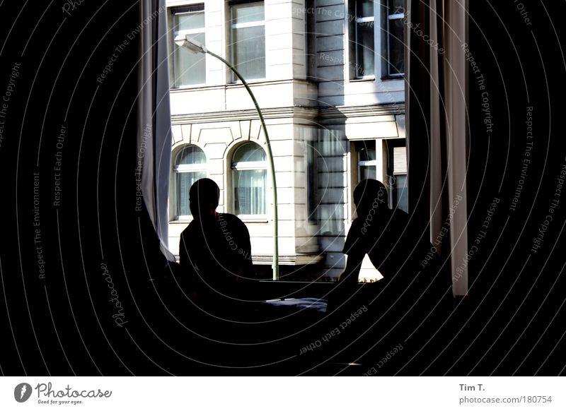 Pause Mensch Jugendliche Haus sprechen Arbeit & Erwerbstätigkeit Fenster Gebäude Erwachsene maskulin Fassade Team Arbeitsplatz Erschöpfung Altstadt