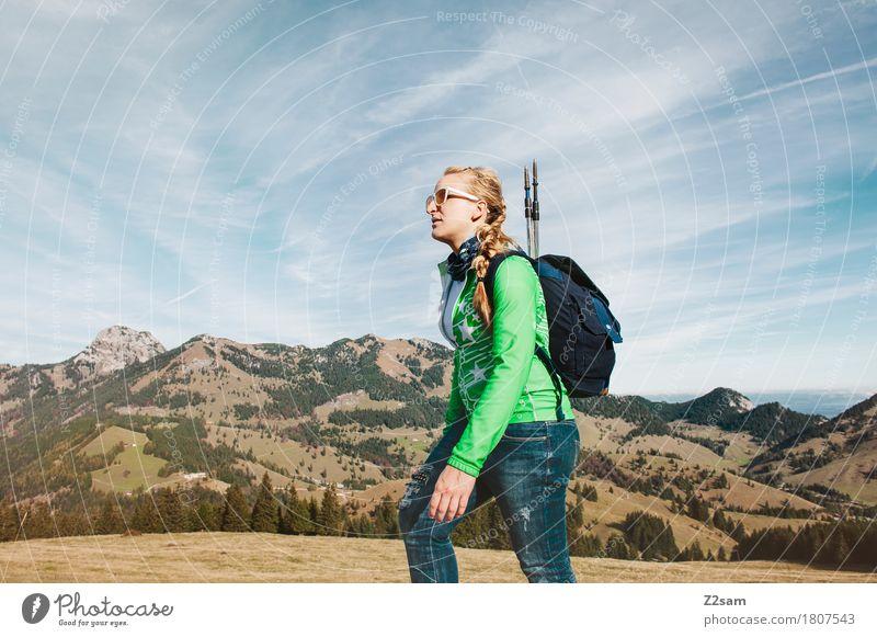 Wandererin Lifestyle elegant Stil Freizeit & Hobby wandern feminin Junge Frau Jugendliche 18-30 Jahre Erwachsene Natur Landschaft Sommer Schönes Wetter Alpen