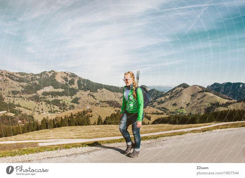 (R)AUF GEHTS Himmel Natur Ferien & Urlaub & Reisen Jugendliche Sommer Junge Frau Landschaft Erholung Einsamkeit 18-30 Jahre Berge u. Gebirge Erwachsene Straße