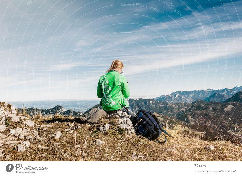 Gipfel Girl Mensch Himmel Natur Ferien & Urlaub & Reisen Jugendliche blau grün Junge Frau Landschaft ruhig 18-30 Jahre Berge u. Gebirge Erwachsene Herbst