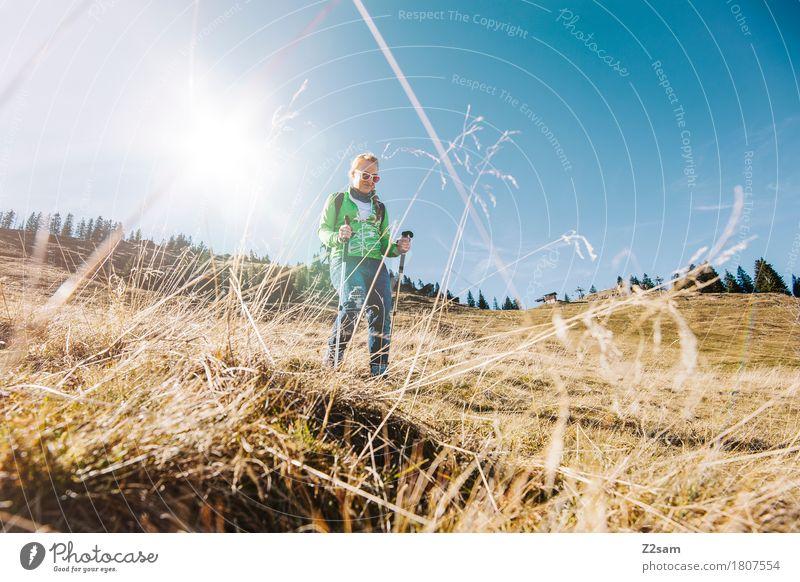 Auf und ab. Berg und Tal. wandern feminin Junge Frau Jugendliche 1 Mensch 18-30 Jahre Erwachsene Natur Landschaft Himmel Gras Hügel Berge u. Gebirge