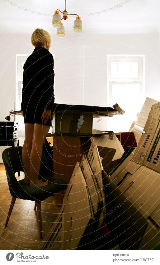 Den Überblick behalten Frau Jugendliche Leben träumen Traurigkeit Erwachsene Raum Wohnung planen Perspektive Häusliches Leben Innenarchitektur Stuhl