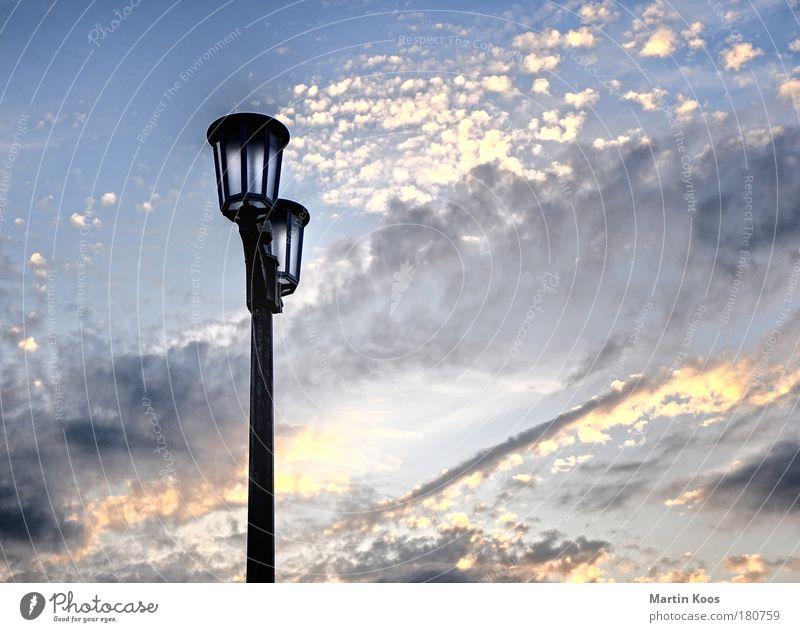 leuchten Himmel Wolken Freiheit Lampe Erde Luft Energie retro Schönes Wetter Straßenbeleuchtung Laterne Städtereise Feierabend ausgehen Infrastruktur Kandelaber
